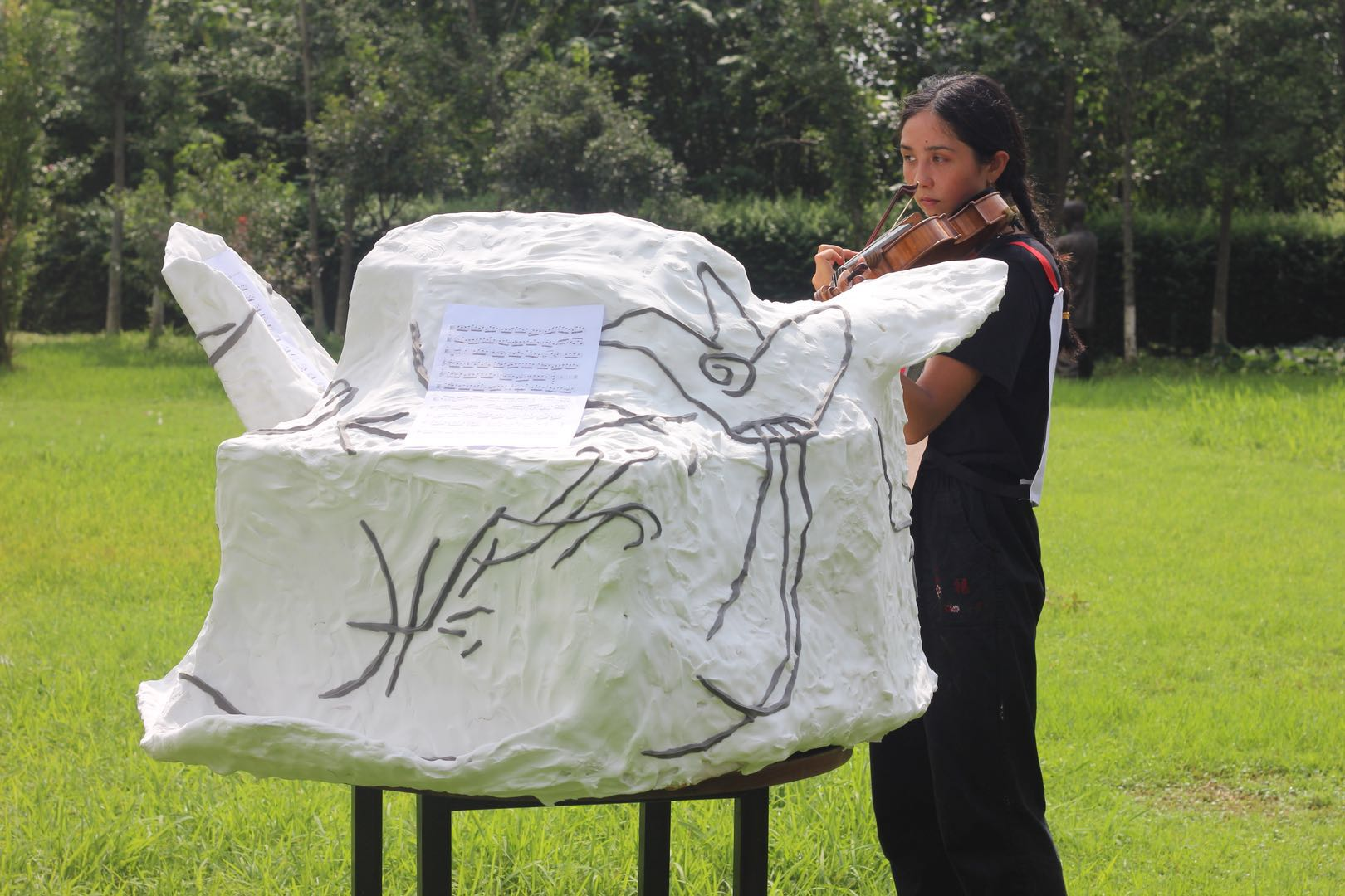 Music Stand - Eleanor Wang (Performance and Sculpture)      谱架 (行为,雕塑 纸, 超轻粘土)