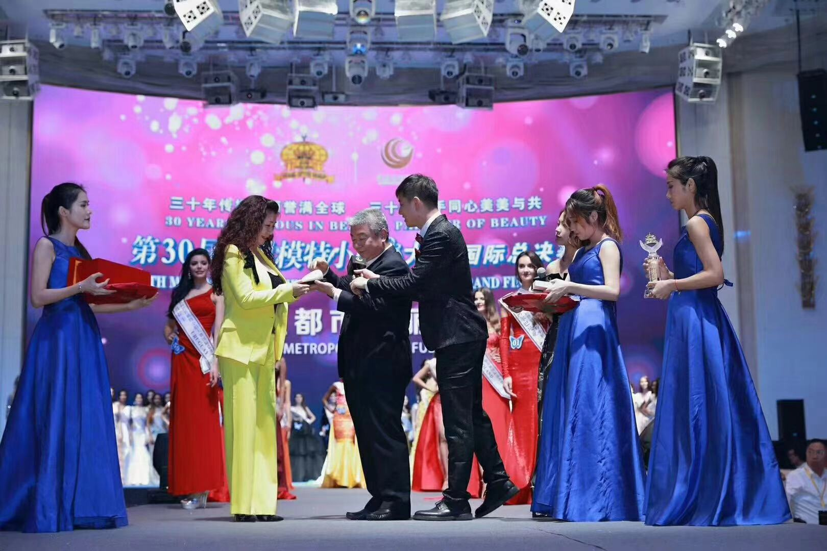 Miss Anna exchanging gifts with president Liu Zuogeng