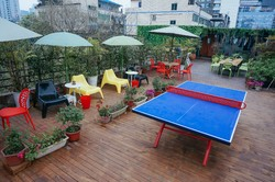 Chengdu Flipflop Hostel  - The table tennis in the roof garden area